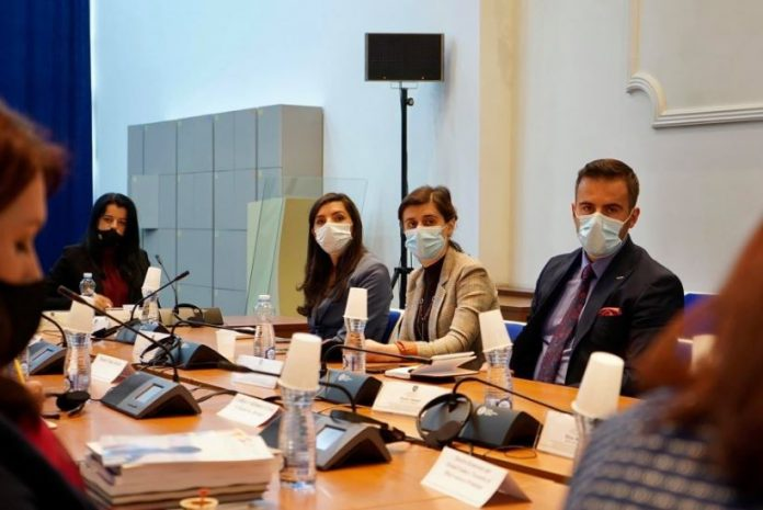 komisioni-per-te-drejtat-e-njeriut-i-premton-mbeshtetje-shoqatave-per-grate-e-dhunuara-gjate-luftes