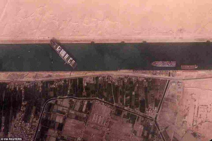anija-gjigante-bllokon-kalimin-ne-kanalin-e-suezit/-pamjet-satelitore-mbi-detin-e-kuq