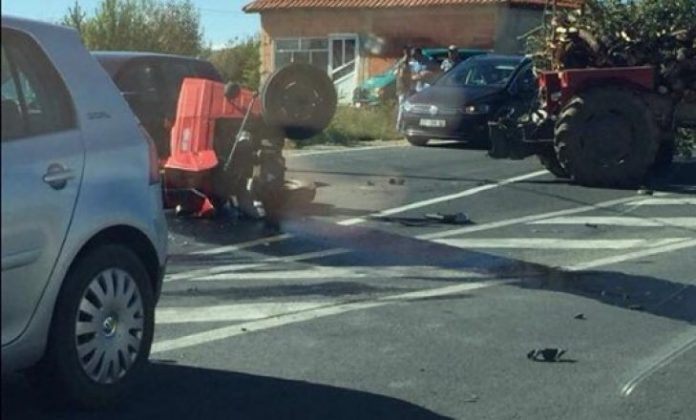 aksident-mes-vetures-dhe-traktorit-ne-lluge-te-podujeves,-ka-te-lenduar