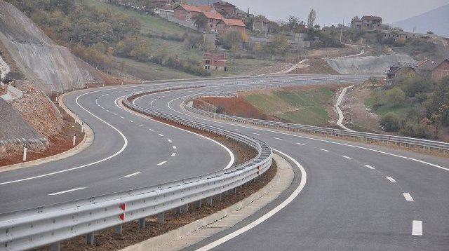 """kosovarit-ia-grabisin-veturen-""""audi-q7""""-ne-rrugen-e-kombit"""